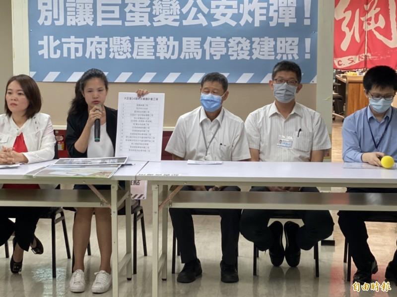 台北市議員林亮君(左2)、簡舒培(左1)今上午召開記者會,痛批柯市府放水大巨蛋。(記者楊心慧攝)