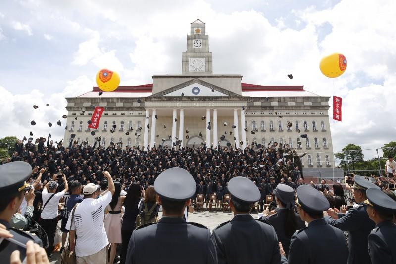 陸軍官校今舉行畢業典禮,畢業生開心拋擲大盤帽。(陸軍官校提供)