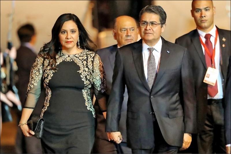 我中美洲友邦宏都拉斯總統葉南德茲(前排右)與其妻子確診武漢肺炎。(歐新社檔案照)