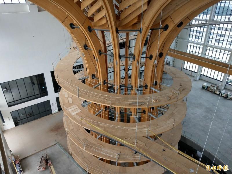 南崗工業區「半山夢工廠」30公尺高的木構「生命樹」,樹身有4圈環樹體驗步道,巨大木建築相當壯觀。(記者劉濱銓攝)