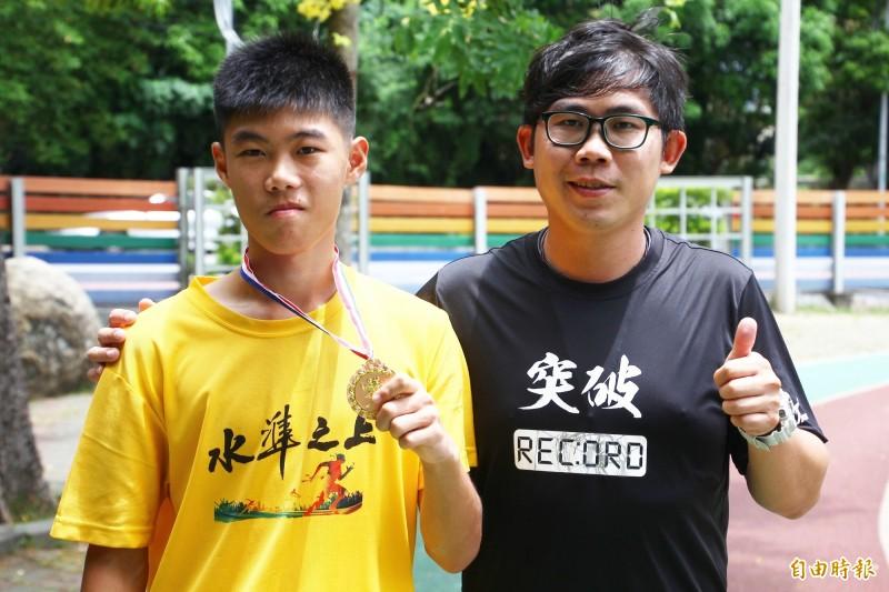 嘉義縣跑最快的小學生賴盈禔(左)與教練簡宏益(右)。(記者林宜樟攝)