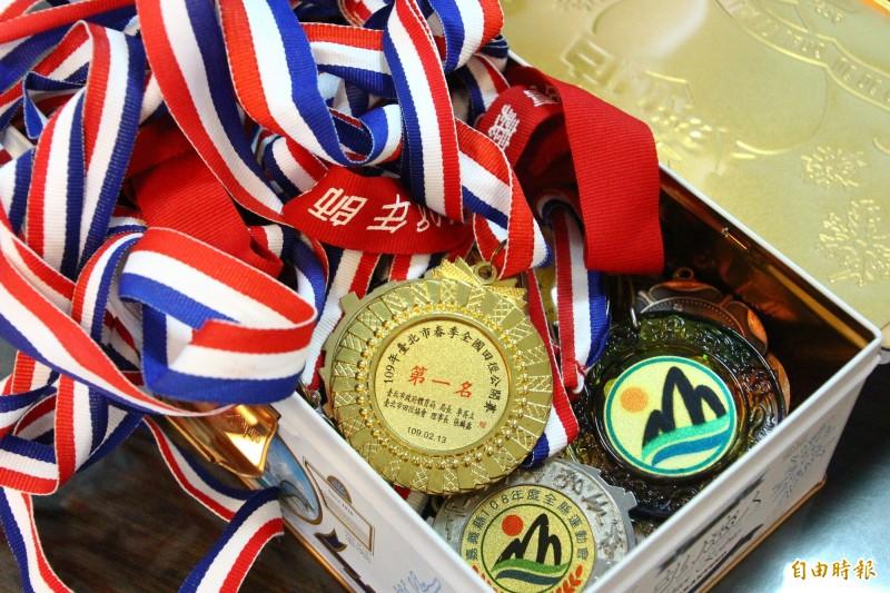 賴盈禔從小到大獲得許多體育賽事獎牌。(記者林宜樟攝)