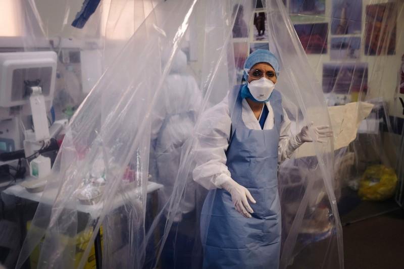 武漢肺炎造成全球48萬人死亡,確診逾927萬例。圖為法國巴黎醫護人員。(法新社檔案照)
