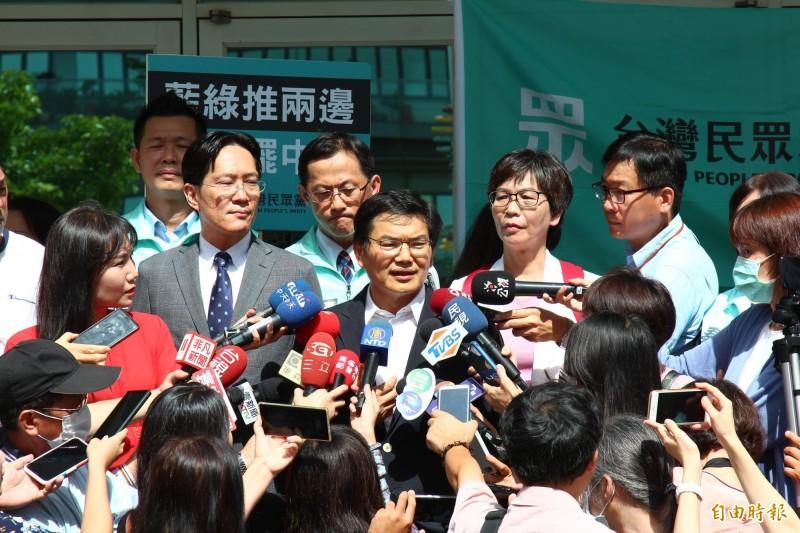 親民黨高市議員吳益政代表民眾黨參加高雄市長補選,今上午完成登記。(記者李惠洲攝)
