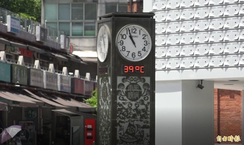 台北西門町周邊的溫度計,顯示出驚人的39度高溫。(記者胡姿霞攝)