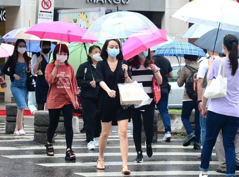 由於午後對流發展旺盛,易有短時強降雨,今(24)日南投、嘉義、高雄及屏東山區有局部大雨發生的機率,請民眾特別注意。(資料照)