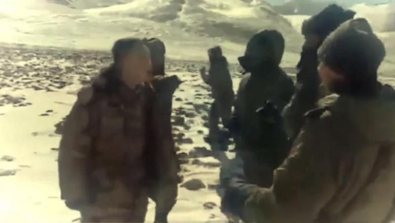 網路上又流傳一段印中士兵衝突的最新畫麵,雙方在遍地積雪的山上鬥毆。 (圖擷自Youtube)