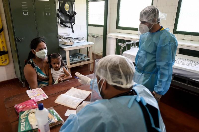 巴西單日新增近4萬例確診,為疫情以來次高增幅。圖為巴西民眾正在接受檢查。(法新社)