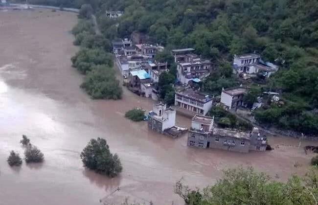 安徽省六安市多村莊被淹。(翻攝自微博)