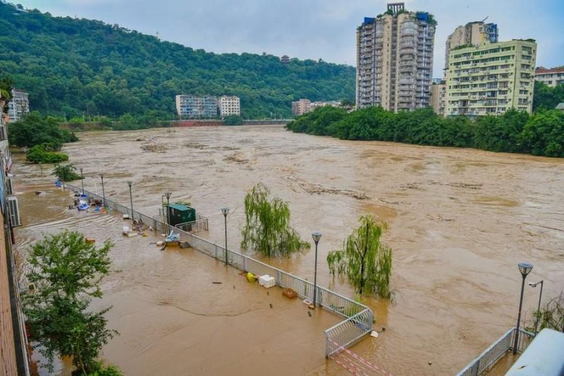 中國長江一帶持續強降雨,貴州省、重慶市等地發生嚴重災情。(圖擷取自《人民日報》推特)