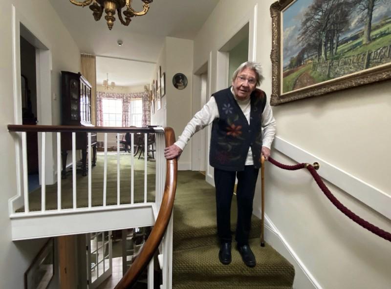 受到英國百歲二戰老兵摩爾的助行器挑戰啟發,蘇格蘭1名90歲阿嬤沛恩為替醫護募款,花了逾2個月完成爬樓梯挑戰。(美聯社)