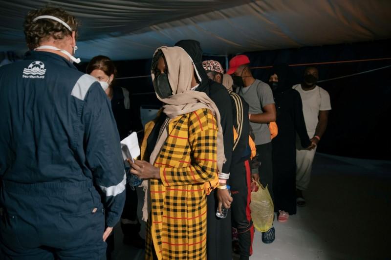 從救援船「海上觀察3」下來的移民,等候被轉移到渡輪「Moby Zaza」上。(路透)