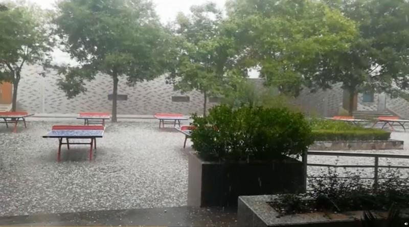 中國陝西省榆林市今日突然出現極端天氣,小石頭般大小的冰雹從中空砸向地面,嚇得民眾驚惶躲避。(擷取自微博)