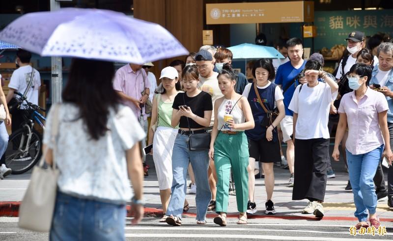 中央氣象局今天下午1時12分,針對14縣市發布高溫警戒。(記者羅沛德攝)