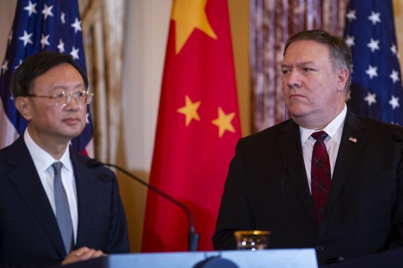 美國國務卿龐皮歐(右)與中共政治局委員楊潔篪(左)17日在夏威夷見面。(法新社)