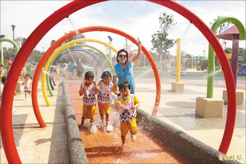 竹南獅山親子公園即日起每週二至日 下午3點至晚間7點開放戲水。(記者鄭名翔攝)