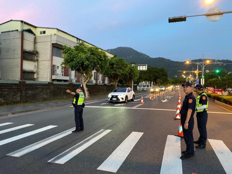 警方在通往蘇花改重要路口指揮交通。(記者江志雄翻攝)