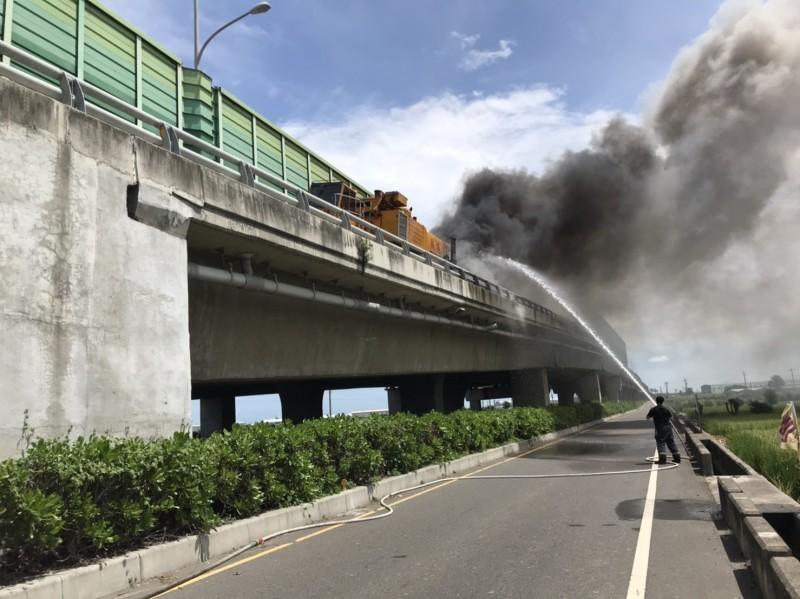 西濱彰化漢寶路段傳出火燒車意外。(記者劉曉欣翻攝)