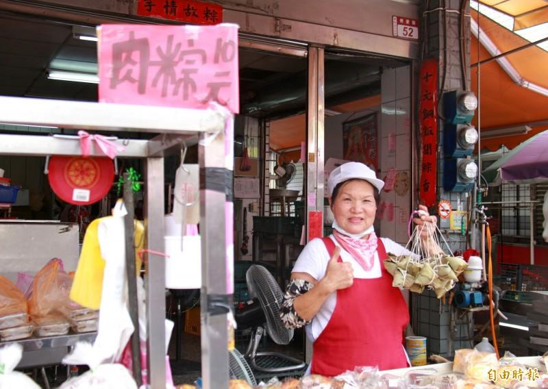 施碧蓮販售肉粽40年,1顆僅賣10塊錢。(記者陳冠備攝)