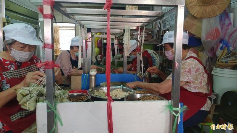 肉粽店最年輕的76歲,最長的87歲,5個人加起來快400歲的包粽團,一個早上就能包完3000顆肉粽。(記者陳冠備攝)