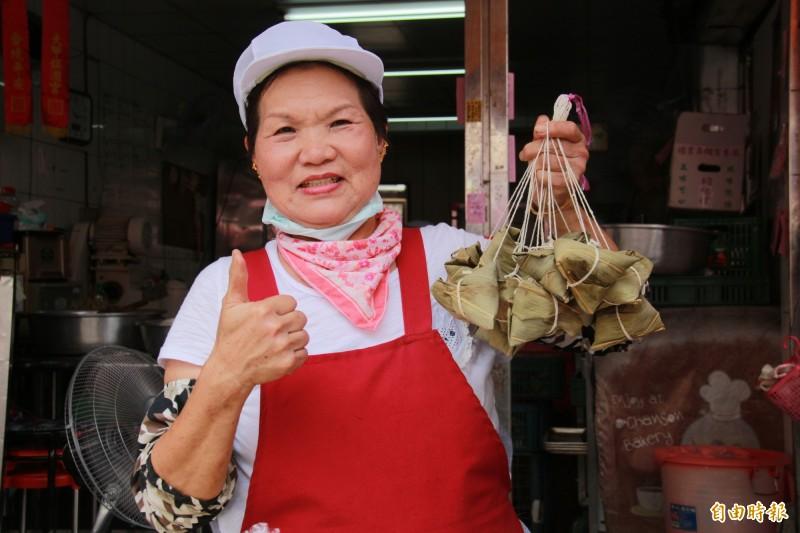 施碧蓮販售10元肉粽40年,每到端午節,3000顆肉粽不到中午就銷售一空。(記者陳冠備攝)