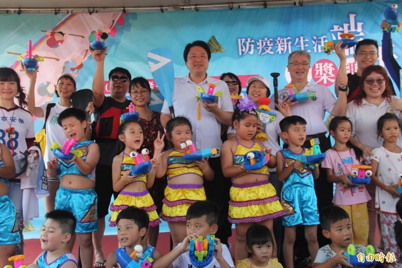 基隆市政府舉辦「幼兒船競賽」兩梯次共40組親子,搭配傳統與創新的想法,除了讓孩子們能玩玩水、消消暑,還能發揮藝術細胞,利用積木組裝成船隻航行;基隆市長林右昌開心地與孩童合照。(記者俞肇福攝)