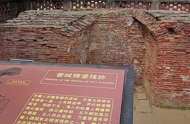 普羅民遮城稜堡殘跡解說牌上有說明其名稱為「Fort Provintia」。(李啟維提供)