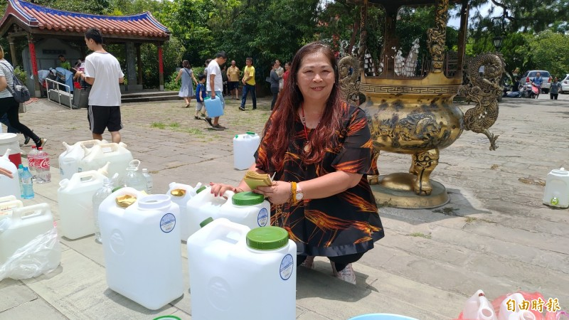 黃小姐表示,取午時水傳統已有10年,常拿來淨身、除穢氣,也有祈福功效,常拿來分享友人。(記者陳冠備攝)