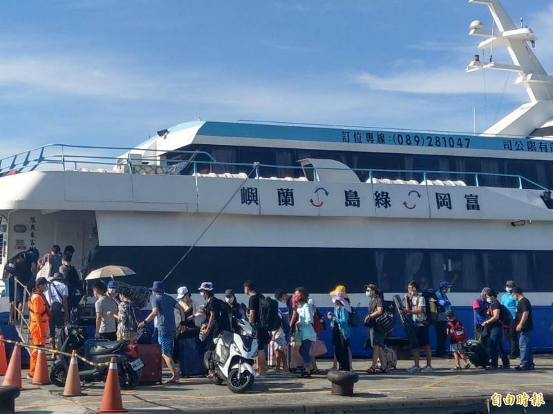 台東富岡漁港湧現往綠島的搭船人潮。(記者黃明堂攝)