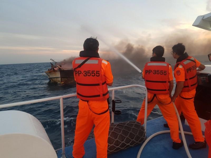 新北市籍「益大606」漁船今天凌晨疑因電線走火,整艘船瞬間起火燃燒,基隆海巡隊獲報趕抵時,火勢猛烈,以船艇上強力高壓水柱灌救撲至今天上午11時許才撲滅火勢。(記者林嘉東翻攝)