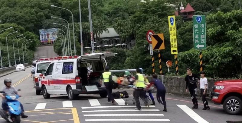 新竹縣內灣大橋今天下午發生不幸的溺水意外,2名男高中生被打撈起後,無生命跡象緊急送醫,(記者黃美珠翻攝)