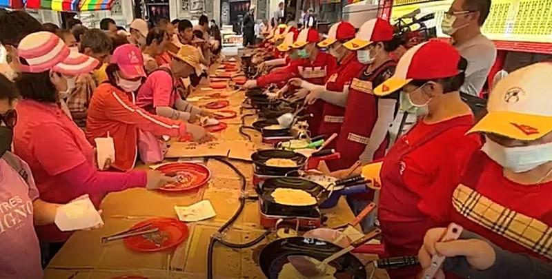 鹿港天后宮今年端午提供免費煎堆給民眾品嘗。(記者劉曉欣翻攝)