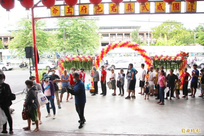 在安福宮排隊領取午時水的民眾。(記者林宜樟攝)