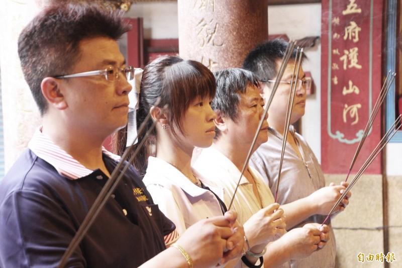 朴子市長吳品叡(左2)與安福宮主委黃敏彥(左1)上香祈福。(記者林宜樟攝)