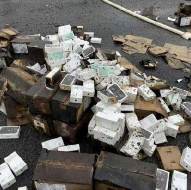 貨車內的盒裝手機不僅被火悶燒,也受到消防員灌救的水柱影響。(圖擷自微博)