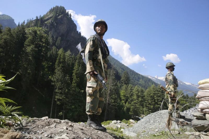 圖為印度準軍事部隊17日在通往拉達卡公路上的哨站警戒。(歐新社)