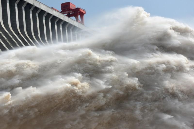 三峽大壩潰壩危機成近期熱門話題。圖為三峽大壩排水。(路透)