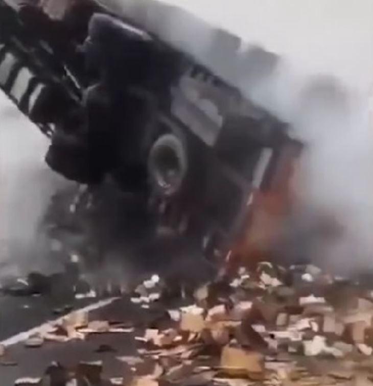 中國大貨車側翻起火,微博等平台瘋傳當時貨車載的2萬台iPhone都被燒毀。(圖擷自微博)