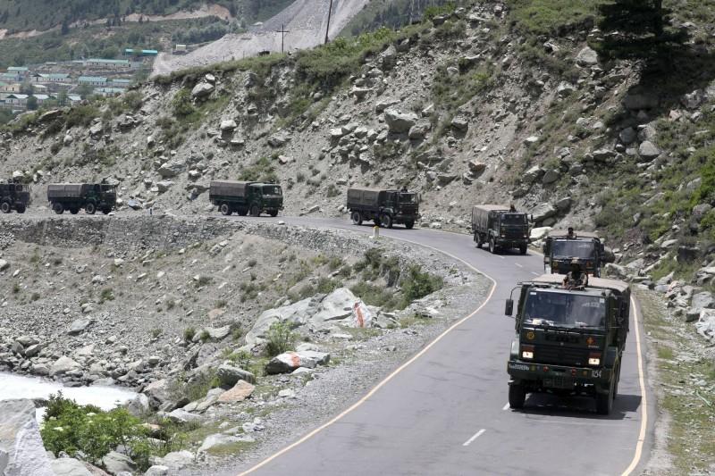 圖為多輛印度軍卡17日行駛公路朝拉達克前進。(歐新社)