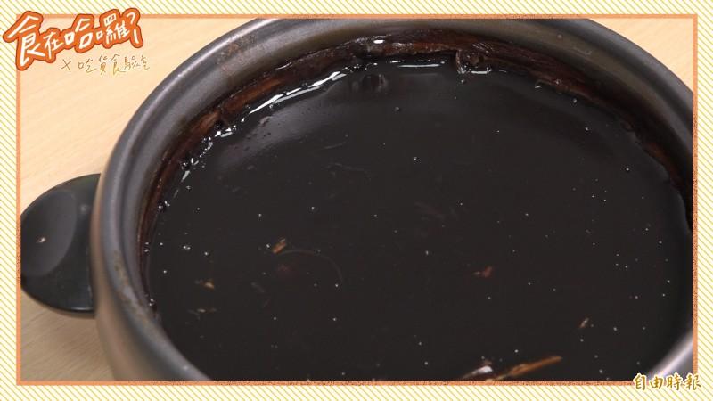 清涼退火的龜苓膏是許多人在炎夏愛吃的甜點之一。(影音製圖)