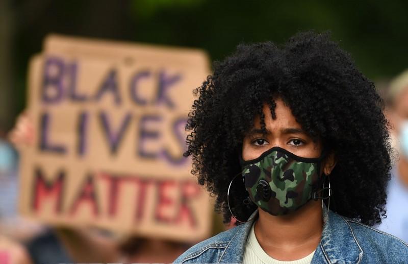 美國奧勒岡州林肯郡允許有色人種不必遵守口罩強制令。示意圖。(法新社)