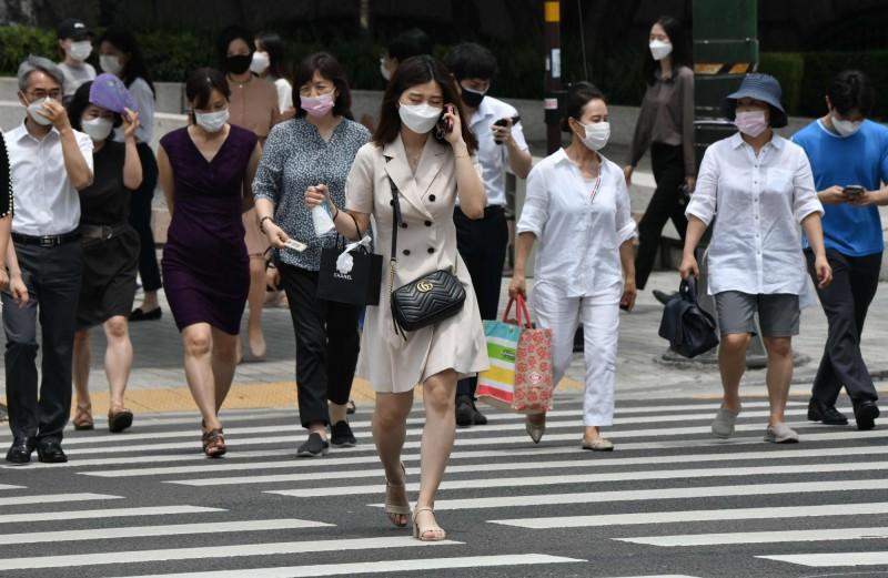 南韓首都圈群聚感染持續發酵,24日單日新增28例多集中於首都圈。圖為首爾街景。(法新社)
