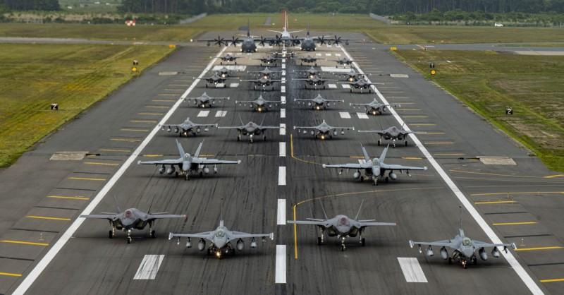 美國空軍與日本航空自衛隊,23日在青森縣三澤基地聯合演練「大象漫步」(Elephant Walk),展現同盟強悍的空中力量。(照片取自美國空軍第35戰鬥機聯隊)