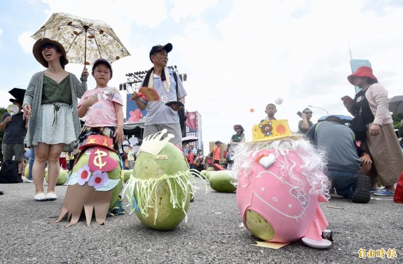 總統府前凱達格蘭大道25日舉行「立瓜」999顆活動,民眾攜家帶眷熱情參與,在正午時將西瓜立起,象徵「好運久久久」。(記者羅沛德攝)