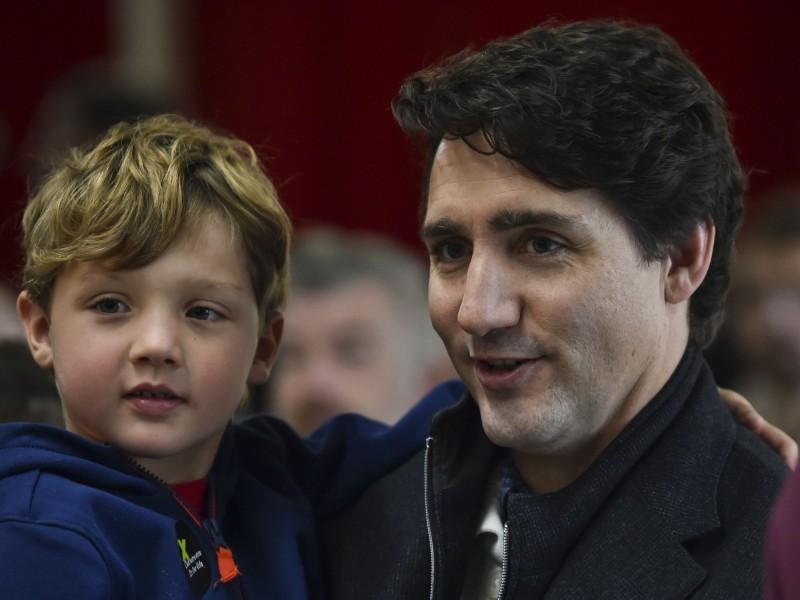 防疫解封,加拿大總理杜魯道今天帶著6歲兒子外出,來到魁北克省大啖冰淇淋。(法新社資料照)