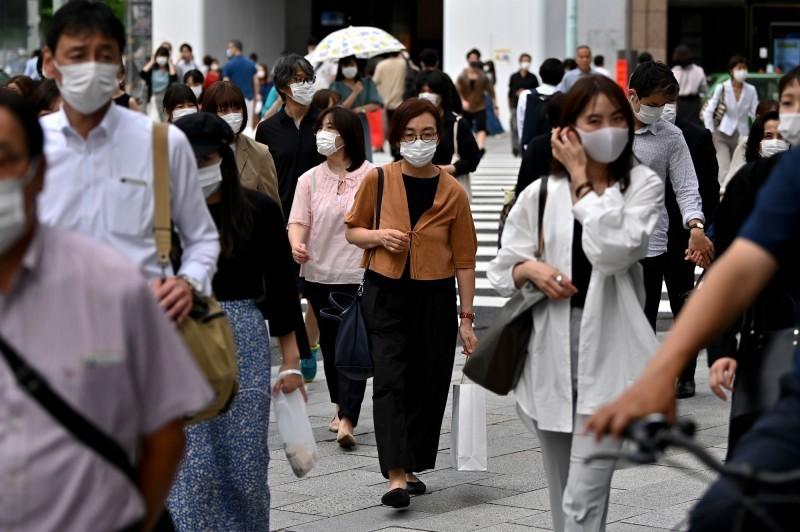 日本政府自5月25日解除全國緊急狀態後,感染武漢肺炎(新型冠狀病毒病,COVID-19)病例仍持續增加,過去一個月內全國共增加1379名病例,其中有748人來自東京。圖為東京街頭。(法新社)