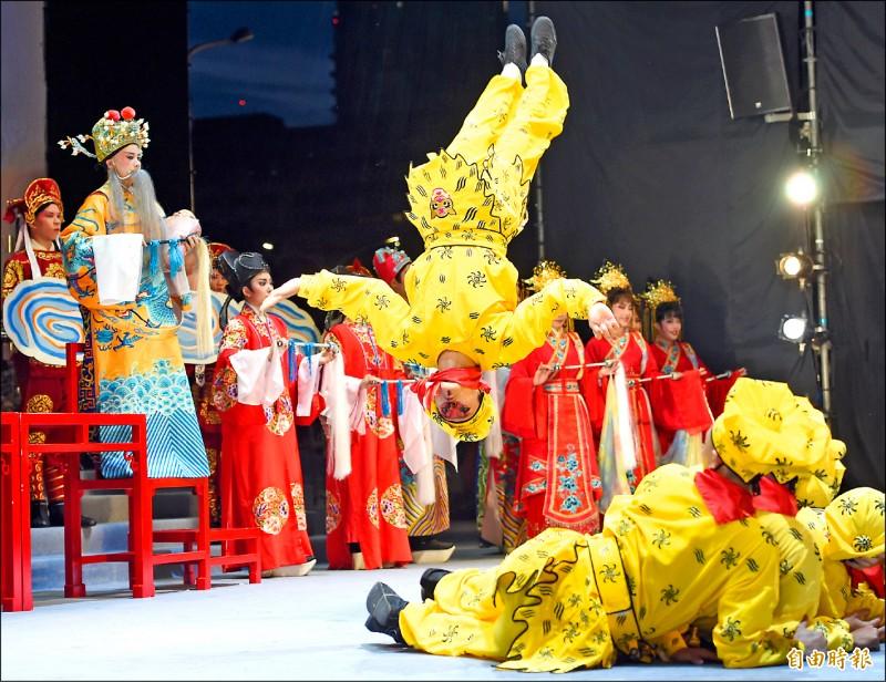 「端午謝平安 藝文大匯演」,昨晚由唐美雲歌仔戲團演出的《天官賜福慶端午》開場。 (記者劉信德攝)