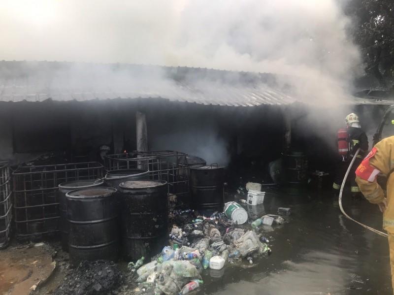 倉庫突然冒出濃煙。(花蓮縣消防局提供)
