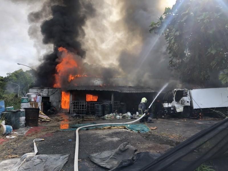 花蓮市美崙地區一間民宅旁的倉庫突然冒出濃煙,現場存放許多廢棄油桶,火勢猛烈。(花蓮縣消防局提供)