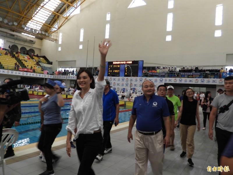 李眉蓁參觀游泳比賽,向觀眾與選手揮手致意。(記者葛祐豪攝)